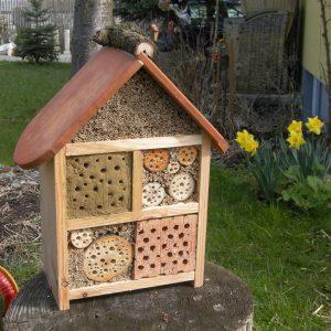 Wildbienenhaus mit Biberschwanz Dachziegel