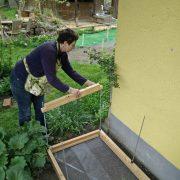 Aufrichten kleines Hochbeet Querholz aufschieben