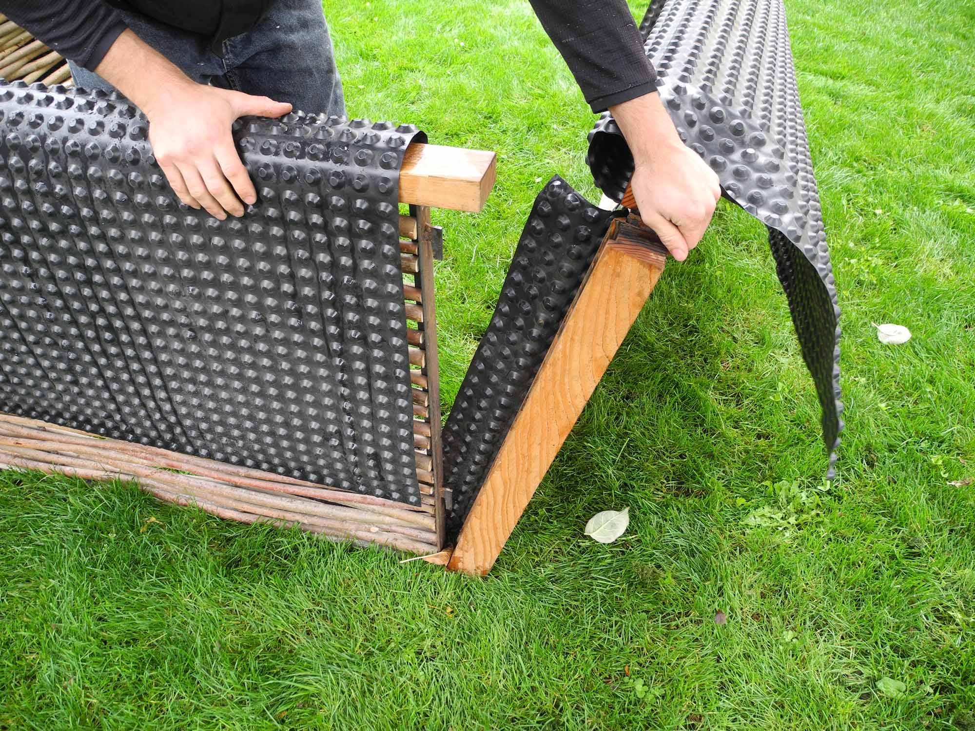 hochbeet aus weidengeflecht mit l rche umrahmt gartenfrosch. Black Bedroom Furniture Sets. Home Design Ideas