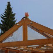 Glücksschwein auf dem Tomatenhaus als Firstreiter