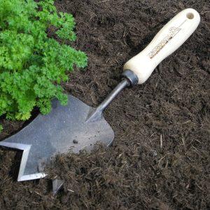 Kronen-Pflanzenkelle mit Spitzenschneide für schwere Böden und Eschengriff