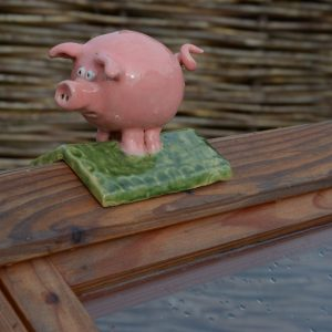 Schweinchen Dachfigur aus Keramik