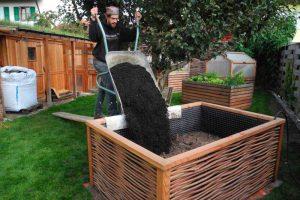 Hochbeet aus Weidengeflecht befüllen