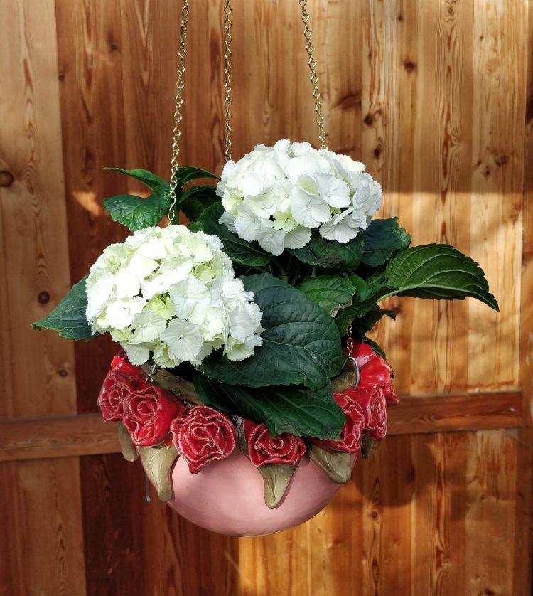 Blumenampel mit Kranz aus Rosen